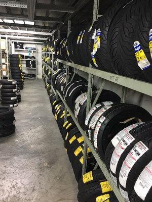 Pirelli, Metzeler, Dunlop, Bridgestone, Michelin y TKM son las marcas de neumáticos para moto que más comercializamos.